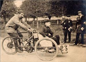 Gaston Rivierre sur un tricar de course de la marque Contal à Gaillon 1905.