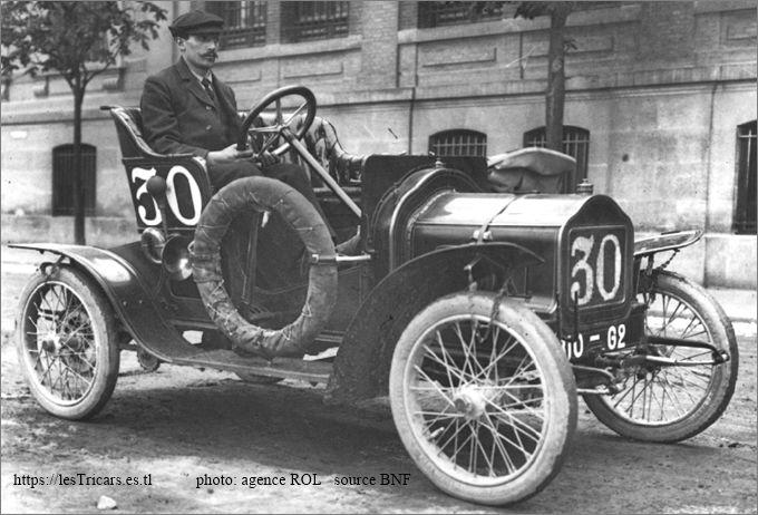 Le pilote Ress au Tour de France en 1908 sur une voiturette Ivry