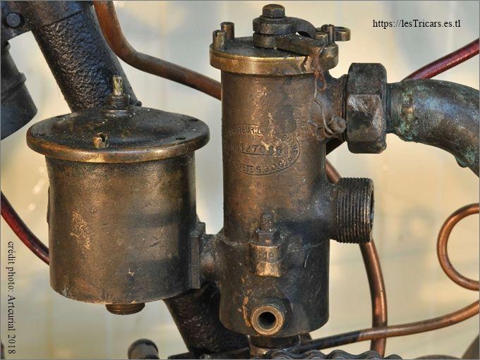 Carburateur Longuemare sur une motocyclette Doué 1903 ou 1904