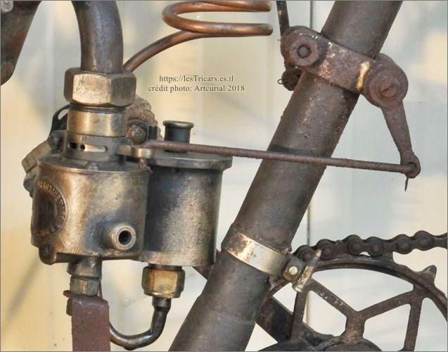 le carburateur Longuemare d'une moto Simonet