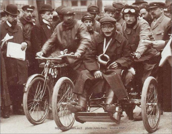 Tricar Doué au concours Paris-Bordeaux-Paris en 1904. Gaston Doué au départ