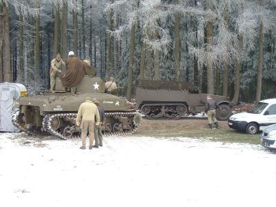 Unsere Halbkette vor dem Sherman des Royal Autoclub Mons
