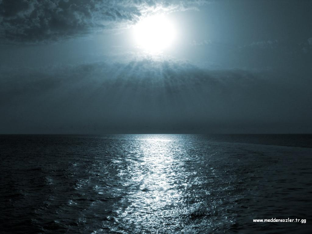 denize gölgesi vuran ay ışığı