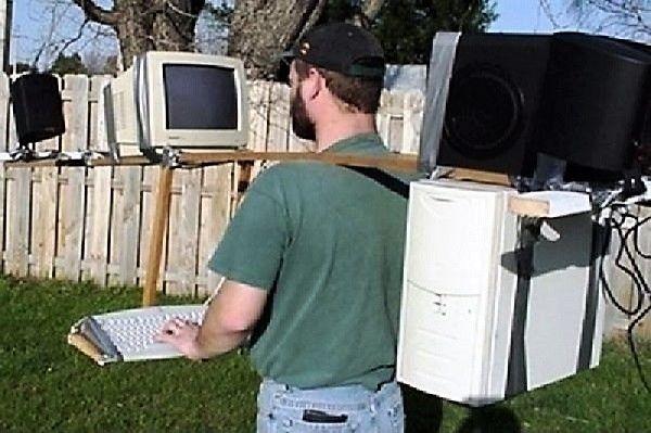 Junge Mann mit PC usw, auf seinen Schultern