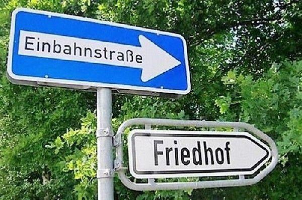 Schild Einbahnstraße zum Friedhof