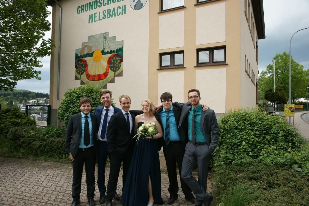 Vor der Grundschule Melsbach