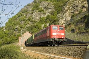 151 041-1 verlässt am 23.04.2008 mit einem KLV-Zug den Loreley-Tunnel