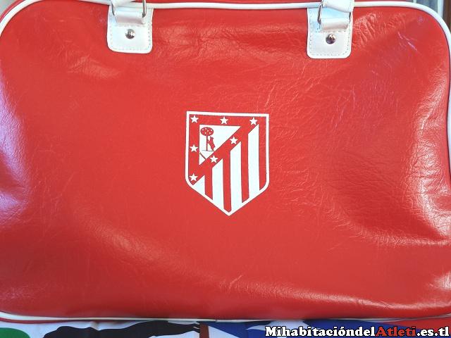 6a6c937ff3944 Bolsa de deporte retro con bolsillos interiores y con el nombre del club  bordado junto con la fecha de su fundación.