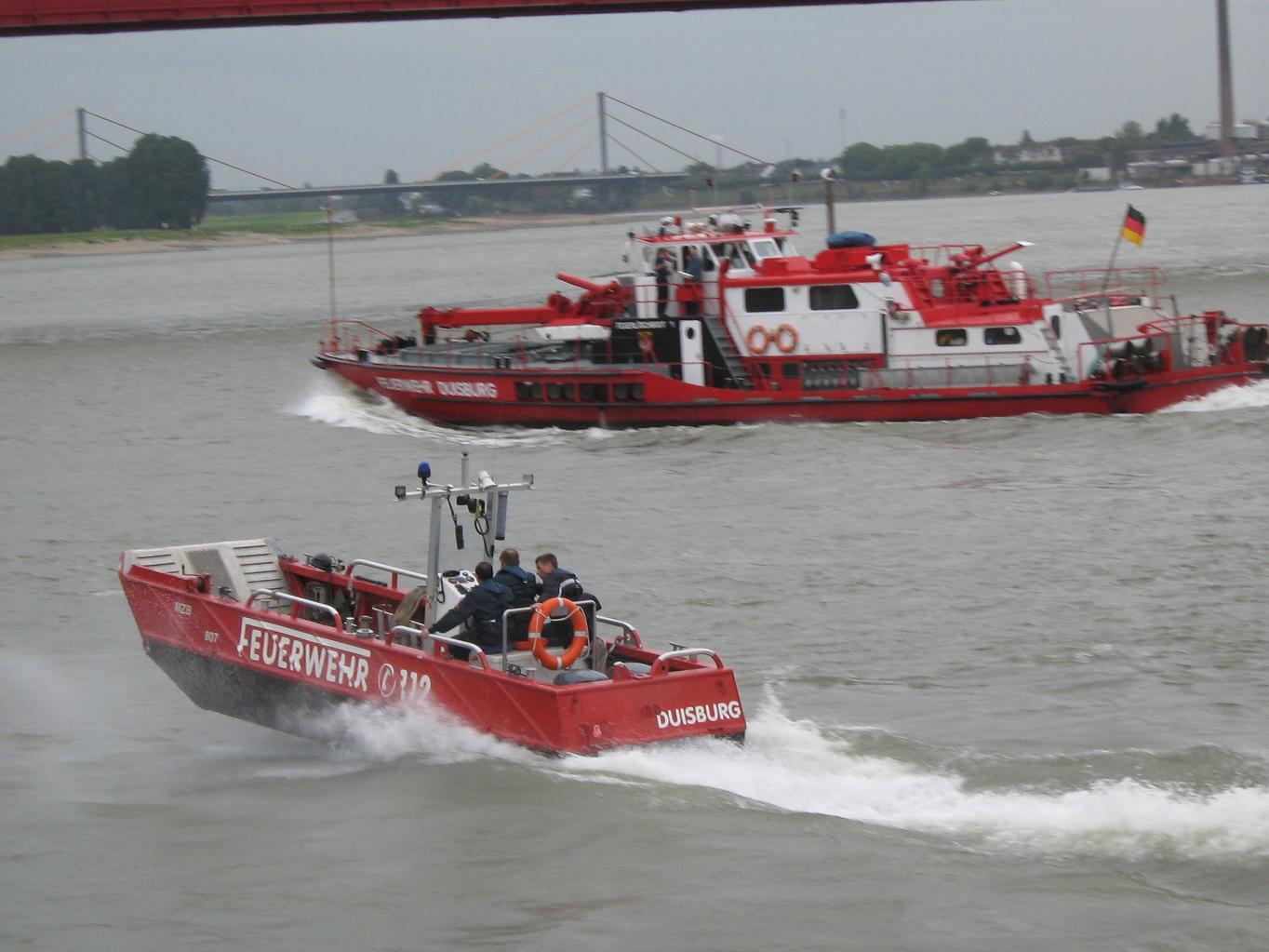 Loschboot und MZB Feuerwehr Duisburg
