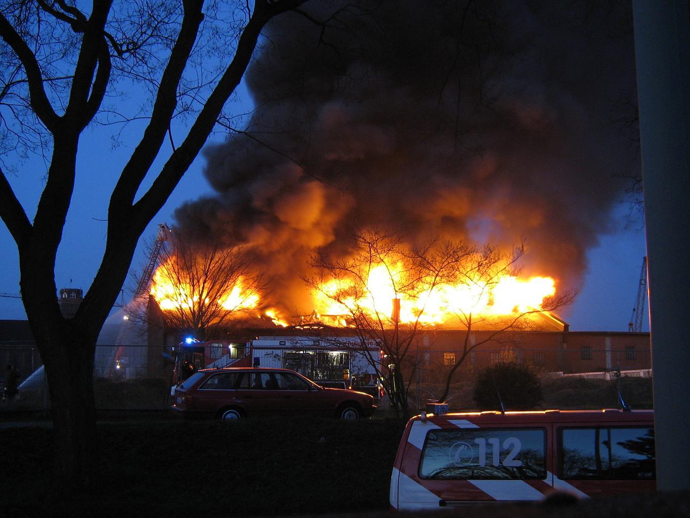 Brand einer Lagerhalle Duisburg