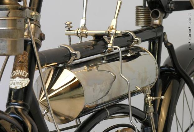 moto légère Rochet type MI de 1906, détail avec le réservoir
