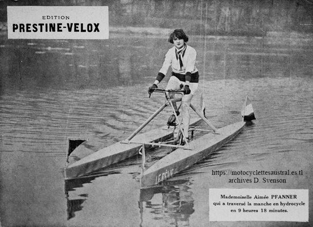 """Aimée Pfanner lors d'une demonstration de l'hydrocycle """"Le Rêve"""" le 17 février 1929"""