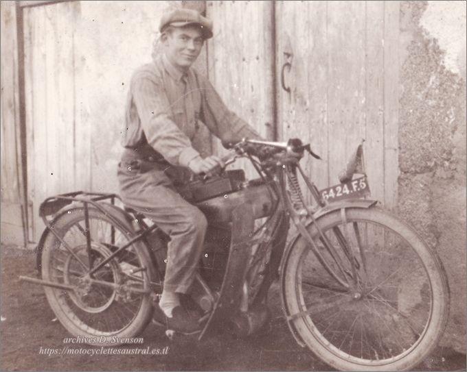 photo d'une Austral Standard 1928 avec un motocycliste