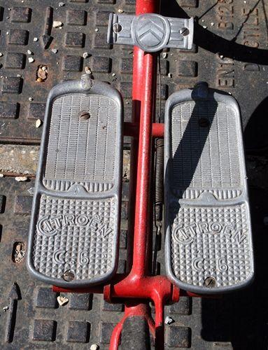 double repose-pieds en forme de calandre Citroën type C.6