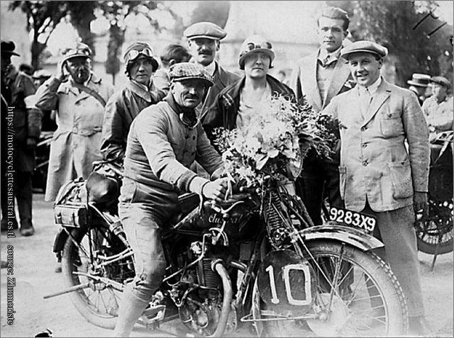 1928, Etienne Cheret  sur Austral 250 cm3 avec  lauriers du vainqueur (Paris-Les Pyrénées-Paris)