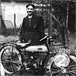 Étienne Chéret avec une moto Rovin