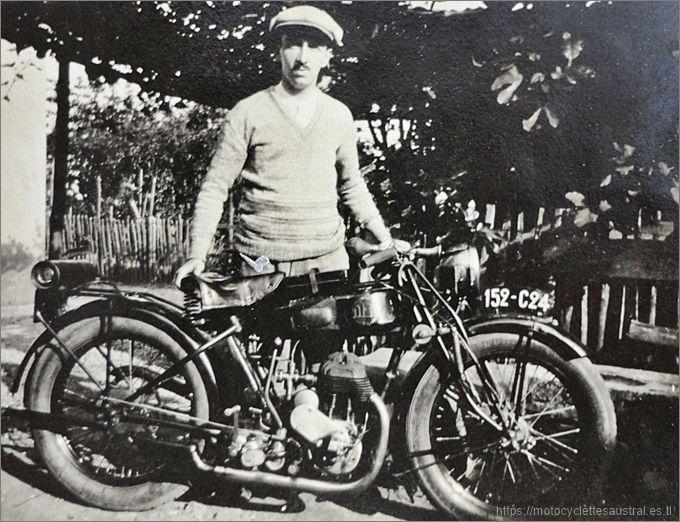 motocycliste avec moto DFR à moteur Voisin