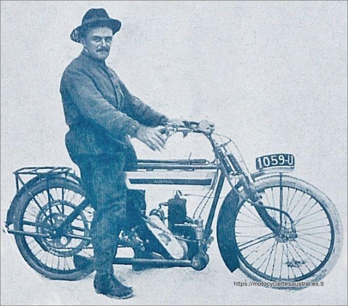 Dacier sur la moto Austral type B, 1914
