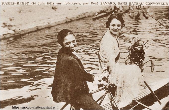 Josephine Baker sur un hydrocycle tandem Nautilette avec Henriette Prevost