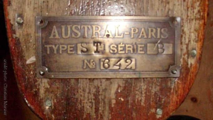 vélo nautique Austral. Plaque du constructeur sur le flotteur