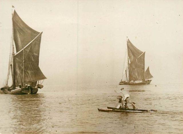 Savard sur l'hydrocycle et deux voiliers, traversée de la Manche novembre 1927