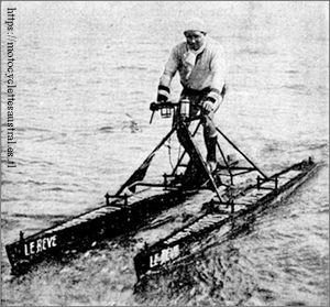 Roger Vincent sur son hydrocycle dénommé Le Rêve