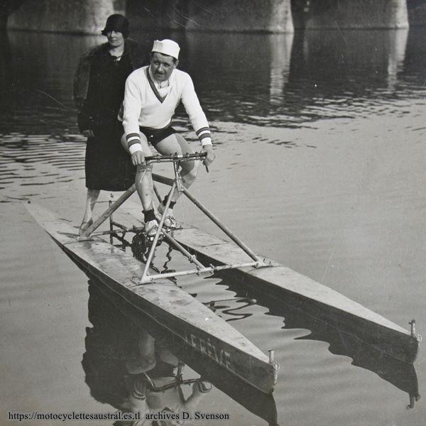 """Roger Vincent sur son vélo nautique appellé """"Le Rêve"""", environ 1929"""