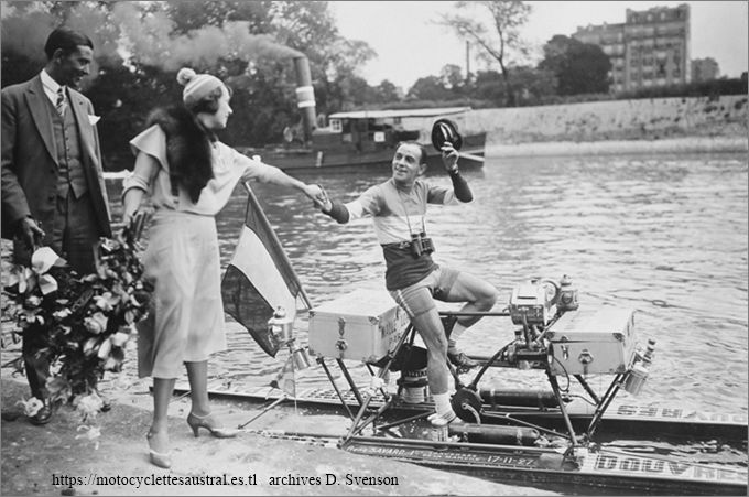 Mistinguett souhaitant Bon Voyage  à René Savard le 9 août 1930, raid Paris-Londres