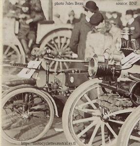 """Le tricar Albert-Jean (""""Tri-Balladeur"""") lors de la promenade des vieux tacots en 1906."""