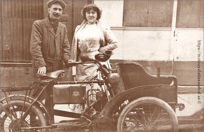 Un tricar Austral du type B série 1, environ 1906, avec son pilote et sa passagère