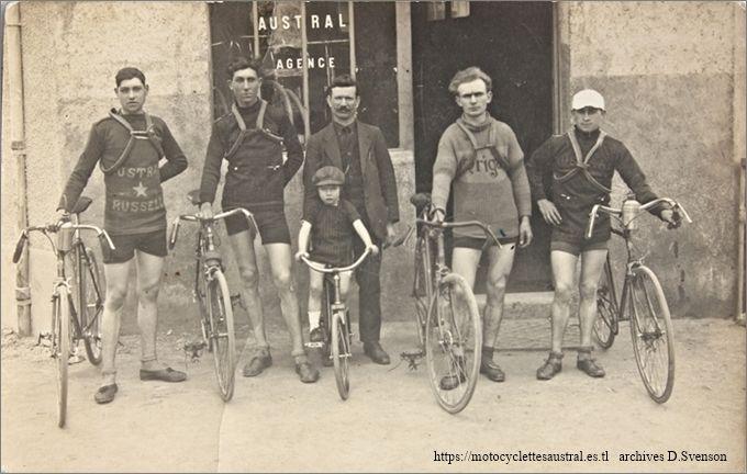 cycles Austral, concessionnaire à Montluçon. Cyclistes aux maillots imprimés Austral