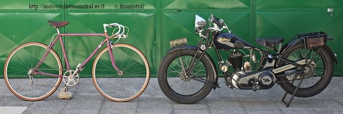 moto Austral 350 type V et vélo de course Austral 1947 collection D. Svenson