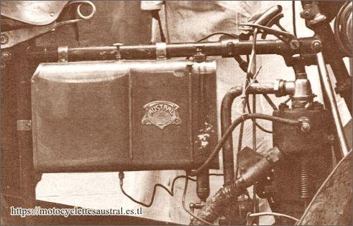 détail du réservoir d'un tricar Austral type B1 avec plaque de constructeur