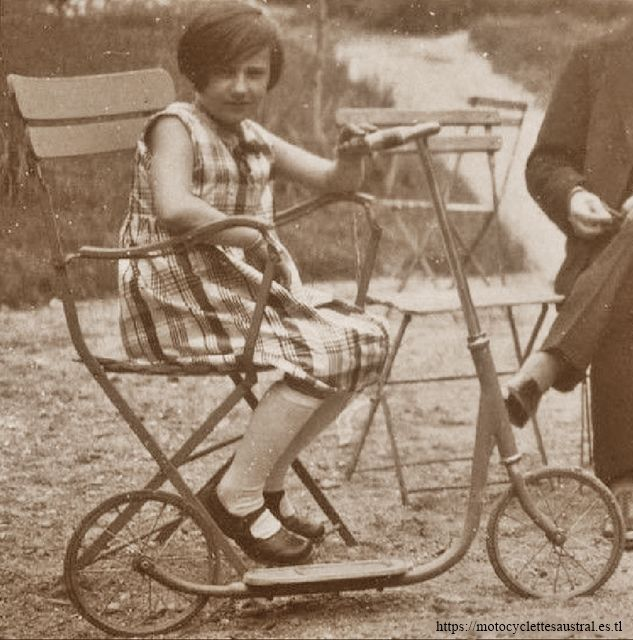 Jouet Citroën: une fille avec sa patinette Citroën dans les années 30.