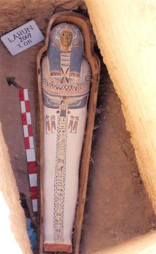 Sarcófago de madera que contiene una momia que vivió durante la dinastía XXII (931-725 a. C.) en Faiyum, Egipto