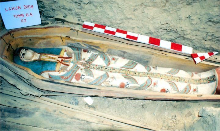 La necrópolis contiene 53 tumbas similares a ésta que datan del Reino Medio y Nuevo de la XXII dinastía faraónica, que gobernó el área entre los milenios III y II antes de Cristo