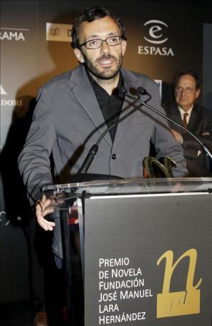 El escritor sevillano Isaac Rosa, tras recibir el VIII Premio de Novela Fundación José Manuel Lara, por su novela El país del miedo