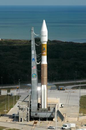 Cohete Atlas V en la plaataforma de lanzamiento
