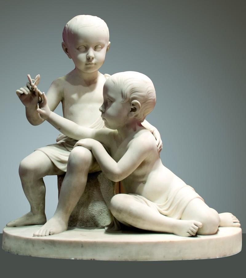 Dos niños jugando con una mariposa de Antoni Solà en el Museo Marés