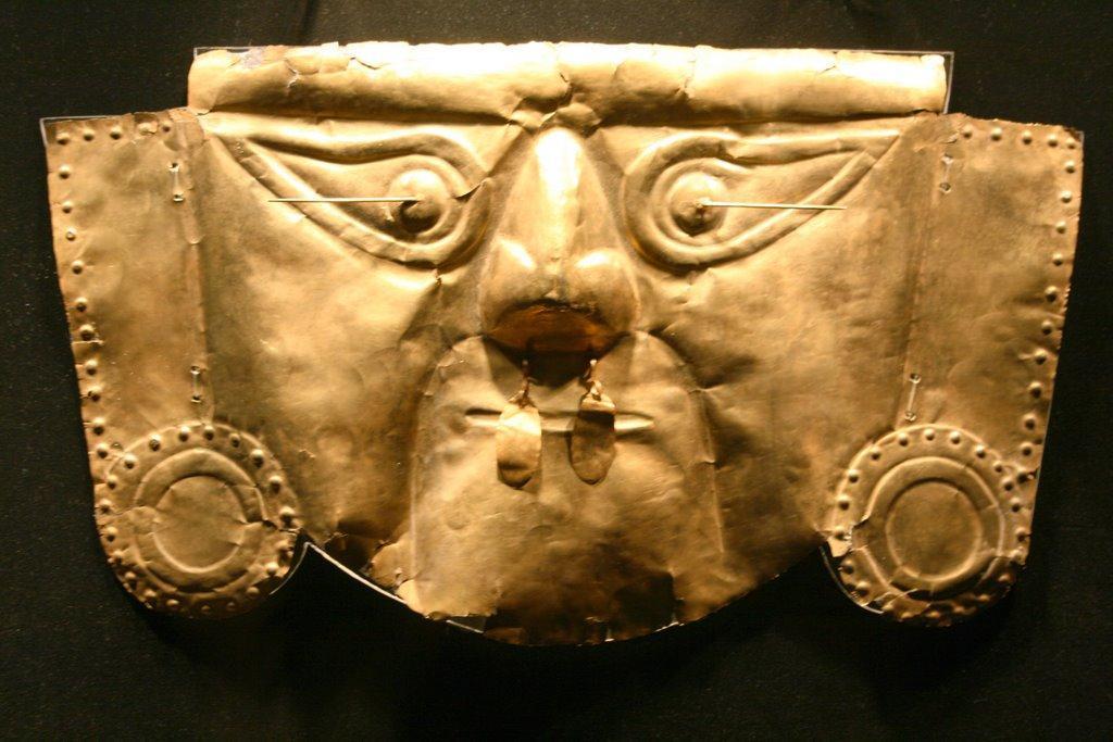 Chimu - Mascara Oro en el Museo Nacional Arqueología, Antropología e Historia del Perú (MNAAHP)