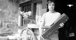 Javier Gallinar muestra un antiguo cepillo de pulir madera a la puerta del Museo de la Madera de Ponga
