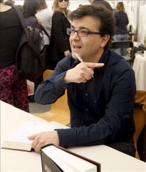 El escritor Javier Cercas durante la firma de libros que ha tenido lugar hoy en Barcelona con motivo de la celebración de la Diada de Sant Jordi