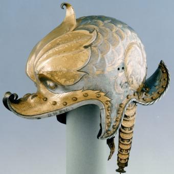 Casco perteneciente Emperador Carlos V obra del alemán Kolman Helmschmid está hecho de acero con damasquinado de oro y forro de cuero