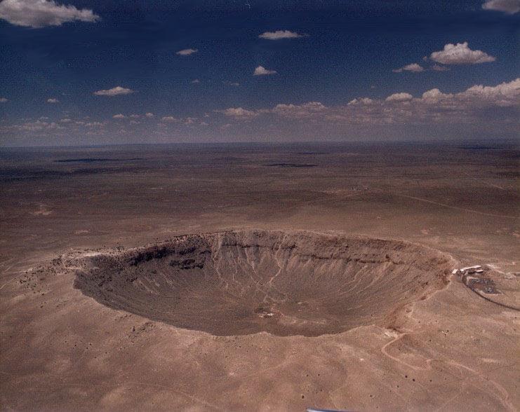 El Cráter Meteoro en Arizona, EE.UU., es uno de los ejemplos mejor conocidos de cráter de impacto en la Tierra. El cráter en cuestión tiene 1,2 km de diámetro y 200 m de profundidad. Se formó hace aproximadamente 49 000 años atrás, cuando un meteorito férrico que tenía aproximadamente el tamaño de un autobús escolar, golpeó el desierto de Arizona al este de lo que es ahora Flagstaff