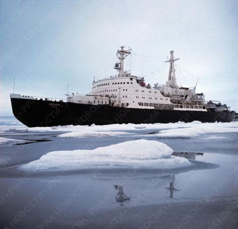 """El rompehielos atómico """"Lenin"""" en el Ártico en 1972"""