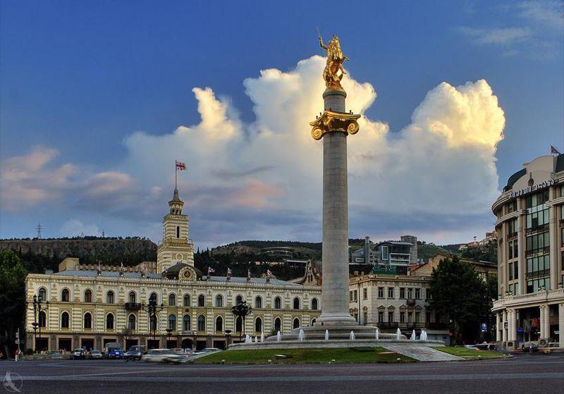 Monumento a San Jorge y al fondo el Ayuntamiento de Tiflis