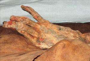 Detalle de  la mano de la Señora de Cao, encontrada en el año 2005 en la provincia peruana de Trujillo