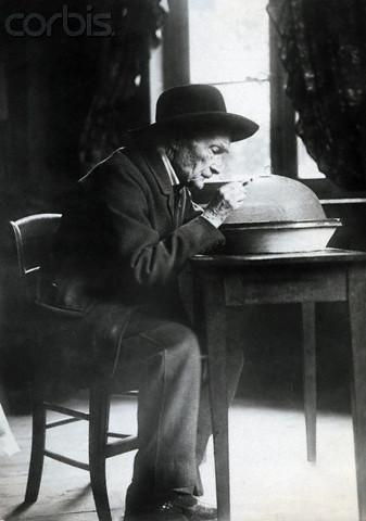 Jean-Henri Fabre observando el comportamiento de los insectos.