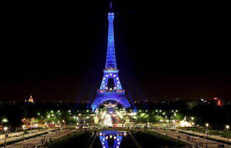 La Torre Eiffel brilla en las noches parisinas con una iluminación especial