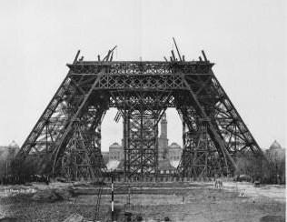LaTorre Eiffel en fase de construcción.